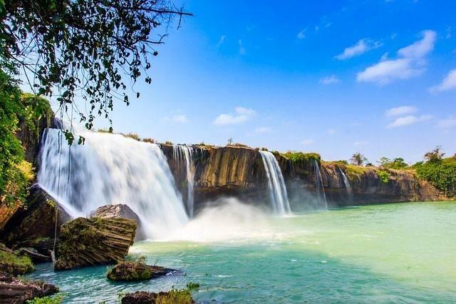 waterfall-1323820_640