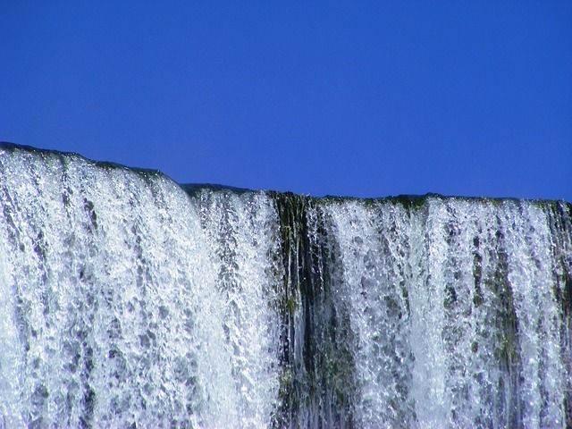 waterfall-702507_640