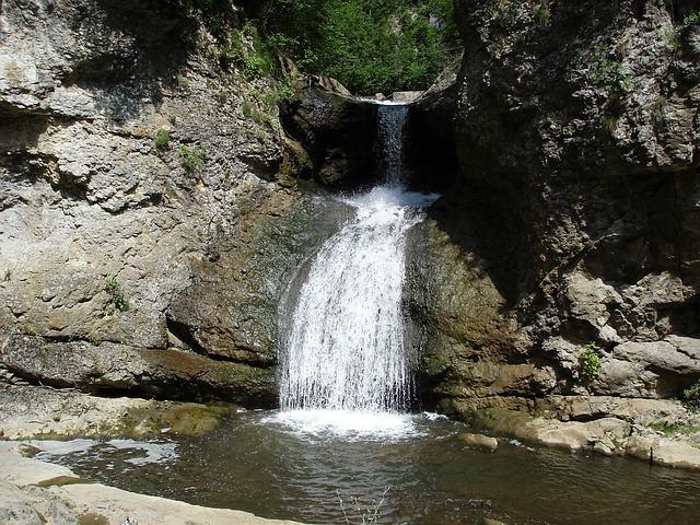 waterfall-326603_640